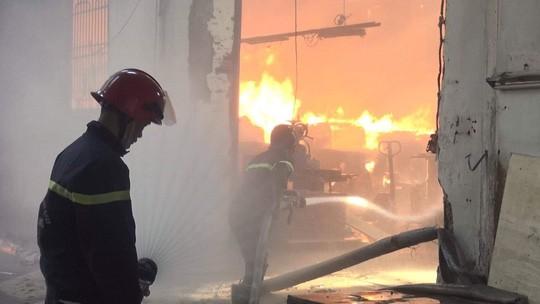 Cháy công ty chuyên sản xuất đồ gỗ ở Bình Dương