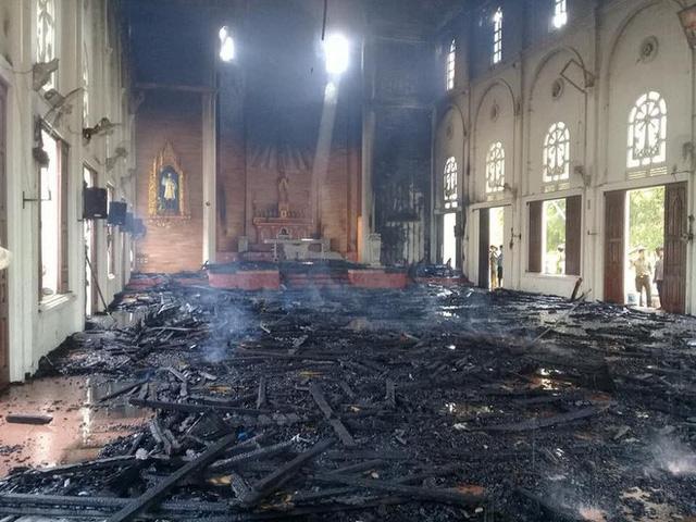 Cháy lớn ở nhà thờ Thọ Vực xã Hà Linh, Hà Tỉnh
